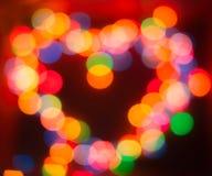 在焦点,颜色bokeh,圣徒华伦泰外面的圣诞灯 免版税库存图片