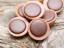 在焦糖的一颗榛子用乳脂状的牛乳糖和巧克力 免版税图库摄影