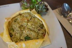 在煎蛋的金枪鱼绿色甜咖喱 免版税库存图片