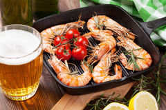 在煎锅和啤酒的烤虾 免版税库存照片