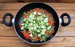 在煎锅炖的各种各样的菜 免版税库存照片