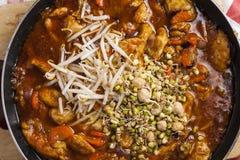 在煎锅烹调的Szechuan鸡 免版税库存照片
