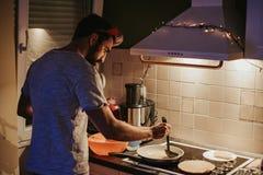 在煎锅的人传播的酥皮点心在平安夜 库存照片