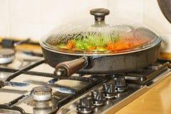 在煎锅的切好的菜 免版税库存图片
