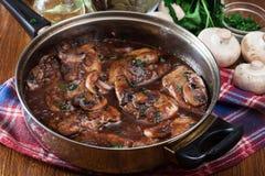 在煎锅的可口鸡marsala 免版税库存图片