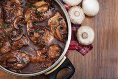 在煎锅的可口鸡marsala 库存照片