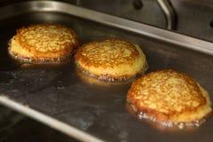 在煎锅的土豆薄烤饼 库存图片