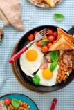 在煎锅的有用的早餐,顶视图 免版税库存图片
