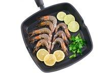在煎锅的未加工的虾 免版税库存照片
