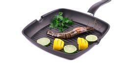 在煎锅的未加工的虾 库存图片