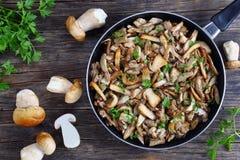 在煎锅的油煎的牛肝菌蕈类蘑菇 库存照片