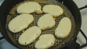 在煎锅的油煎的薄煎饼 股票视频