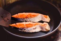 在煎锅的油煎的鱼片 库存照片