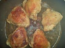 在煎锅的炸鸡大腿 库存照片