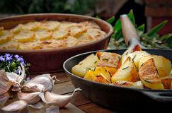 在煎锅的烤土豆 免版税库存照片