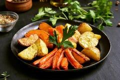 在煎锅的烤菜 免版税库存照片