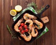 在煎锅的烤虾 免版税库存图片