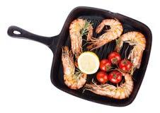 在煎锅的烤虾 免版税库存照片