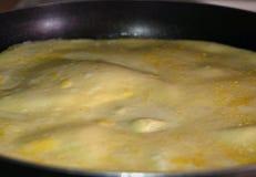 在煎锅的煎蛋卷 库存图片