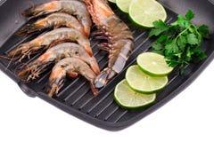 在煎锅的片段未加工的虾 图库摄影