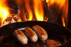 在煎锅的香肠 免版税库存照片