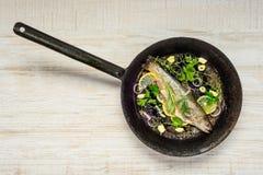 在煎锅的鱼 库存照片