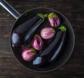 在煎锅的整个茄子 免版税库存照片