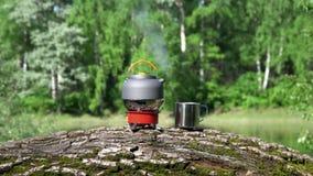 在煤气喷燃器上有茶壶 木头和湖的看法 股票录像