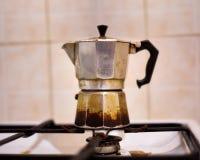 在煤气灶的葡萄酒老常常地使用的Moka咖啡罐 免版税库存照片