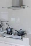 在煤气炉的不锈的罐与敞篷 库存照片