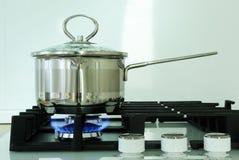 在煤气炉的罐在厨房里 免版税库存图片