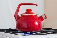 在煤气炉的茶壶 免版税库存图片