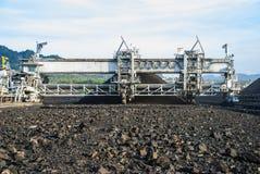 在煤炭库存的机器 图库摄影