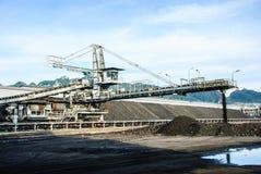 在煤炭库存的机器 免版税库存图片