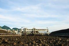 在煤炭库存的机器 免版税库存照片