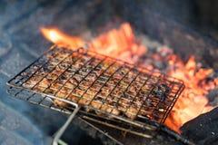 在煤炭火的烤肉肉 小圆面包cha成份是著名越南汤面用bbq肉,春卷,细面条 免版税库存照片