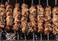 在煤炭烤的串的烤肉串 烹调烤肉 图库摄影