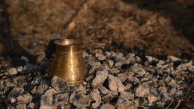 在煤炭的传统工艺煮沸土耳其咖啡 影视素材