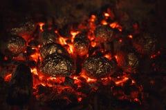 在煤炭的土豆 免版税库存照片