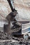 在煤矿的反向铲工作 库存图片