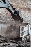 在煤矿的反向铲工作 图库摄影