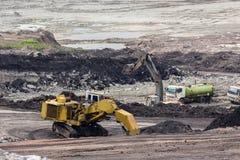 在煤矿的黄色反向铲工作 库存照片