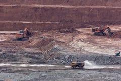 在煤矿的黄色反向铲工作 免版税图库摄影