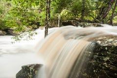 在照明设备流动放出在瀑布, Phukradueng,泰国 库存图片