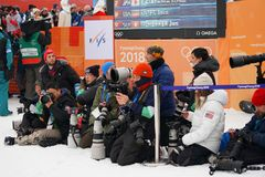 在照片写真期间的国际体育摄影师在2018个冬季奥运会的人` s雪板halfpipe决赛以后 免版税库存照片