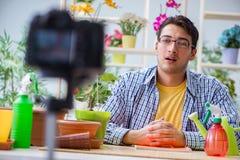 在照相机的人卖花人花匠vlogger博客作者射击录影 免版税库存图片