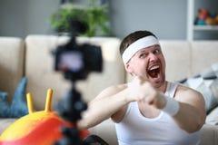 在照相机的尖叫的Vlogger记录的拳击录影 免版税图库摄影
