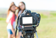 在照相机的屏幕上的女孩 库存照片