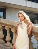 在照相机的美好的白肤金发的女孩或新娘lookind 库存图片