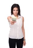给在照相机的逗人喜爱的女实业家金钱 免版税库存照片